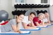 entspannte gruppe im sportkurs