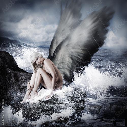 Seksowna blond kobieta z aniołów skrzydłami