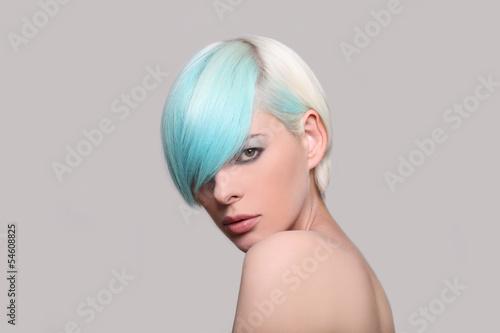 junge frau mit blauen haaren