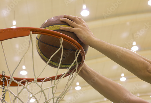 Fotografia  scoring basket in basketball court