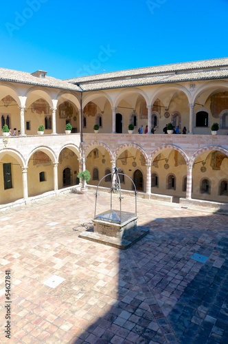 Foto  Cloister of San Francesco in Assisi, Italy