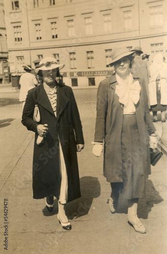 Fotografia  two women in the city - circa 1940