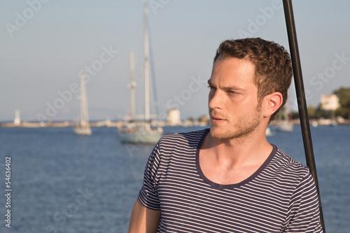 Fotografía  Gesicht junger Mann - Segler mit Segelboot maritim