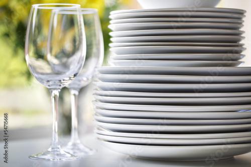 Fotografia  White plates and wine glasses