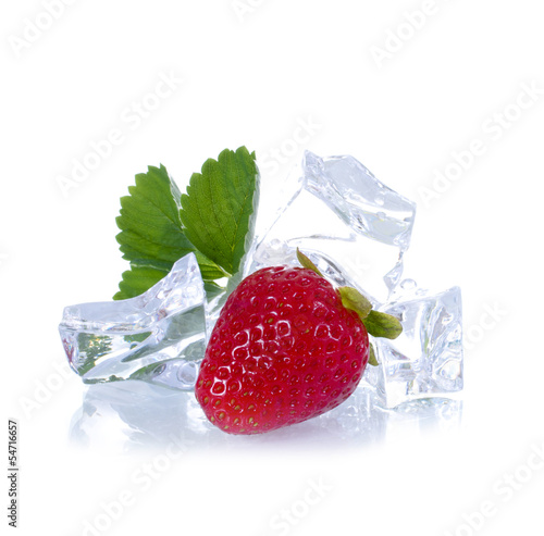 Poster Dans la glace Erdbeere mit Eiswürfeln