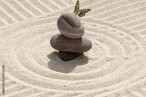 Photo sur Plexiglas Zen pierres a sable galets et papillon sur sable