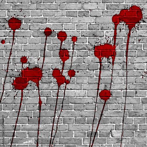 czerwoni-farba-plusniecia-na-sciana-z-cegiel-tle