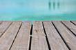 terrasse en bois au bord de l'eau