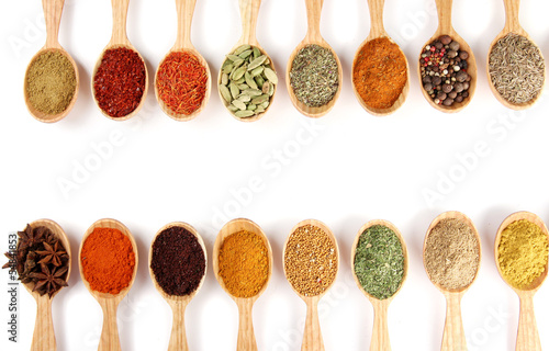 Türaufkleber Gewürze 2 Assortment of spices in wooden spoons, isolated on white