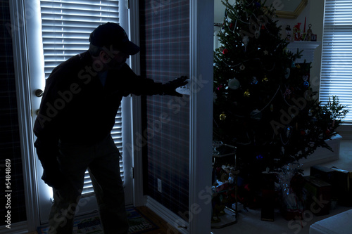 Fotomural  Burglar Breaking In To Home At Christmas Through Back Door