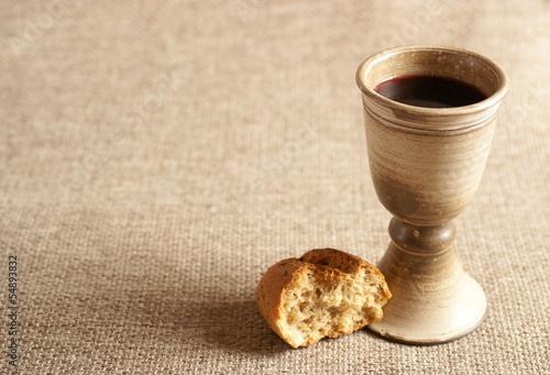 Fotografie, Obraz  Kalich s vínem a chlebem. Pozadí s kopií vesmíru