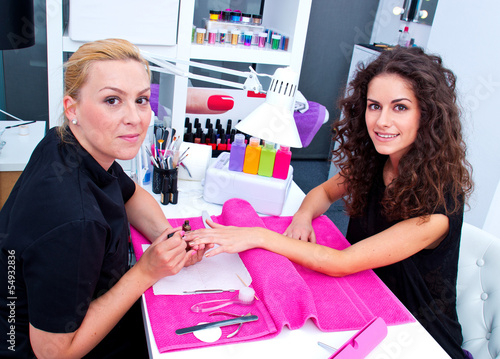 Photo  woman with stylist on manicure