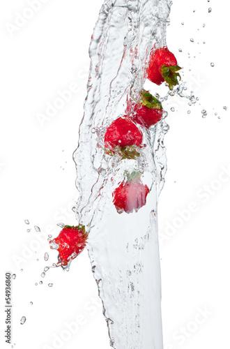 swiezy-truskawkowy-doskakiwanie-w-wode-z-plusnieciem