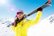 Frau trägt Ski