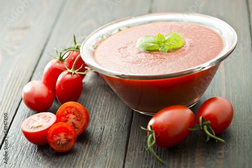 Fotografía  passata di pomodoro con basilico e pomodori tagliati