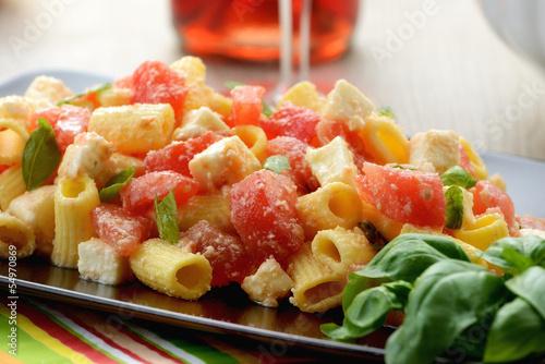 Photo Piatto di pasta fredda con mozzarella, pomodori e basilico