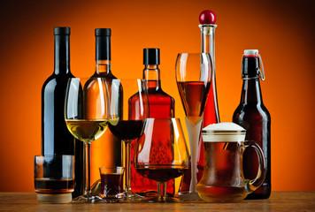 Boce i čaše alkoholnih pića