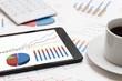 タブレットとビジネスチャート