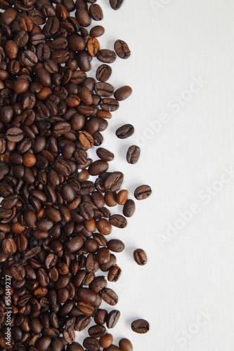 ziarna-kawy-na-bialym-tle-z-bliska