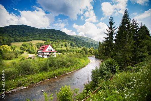bieszczady-rzeka-spokojny-krajobraz