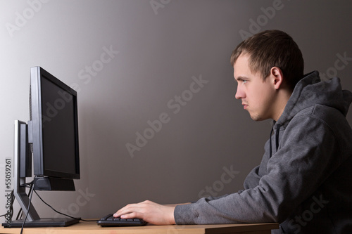 Photo  young man working with personal computer
