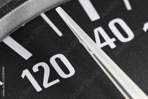 Photo  analoger Tacho eines Autos - 130 km/h