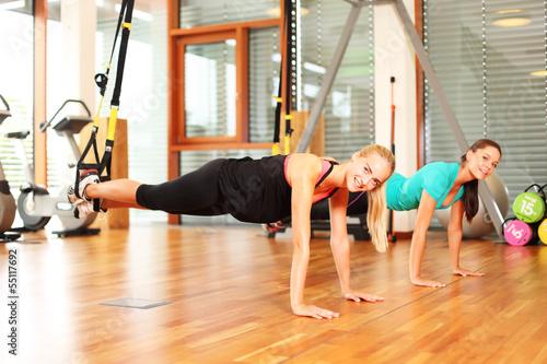 Photographie  Frauen trainieren mit Suspension Trainer