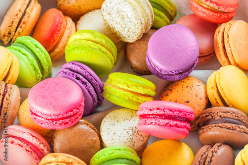 Photographie  traditional french colorful macarons in a box