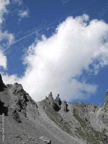 Papiers peints Xian Felsen in den schweizer Alpen mit Wolken am Himmel