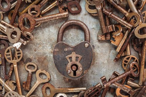 vintage-zardzewiala-klodka-w-otoczeniu-starych-kluczy