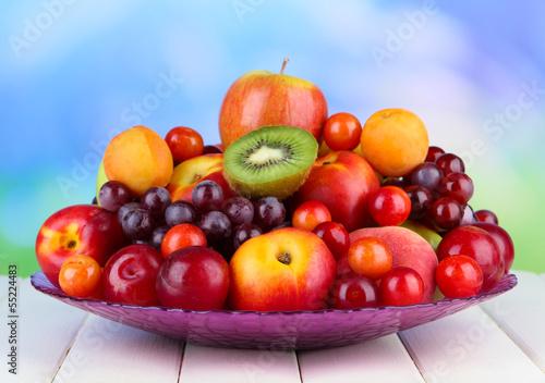 asortyment-soczystych-owocow-na-drewnianym-stole-na-jasnym
