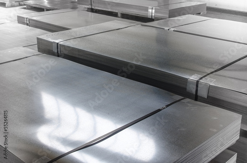 In de dag Metal sheet tin metal in production hall