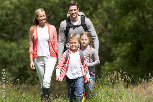 Fotografia Family Hiking In Countryside