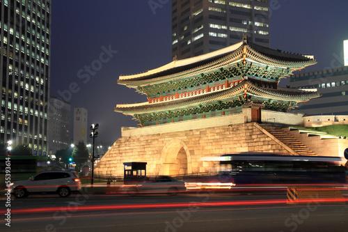Fotobehang Seoel ライトアップされる南大門とソウルの街並み