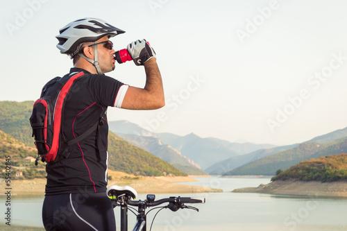 Papiers peints Cyclisme Mountain biker beside a beautiful lake