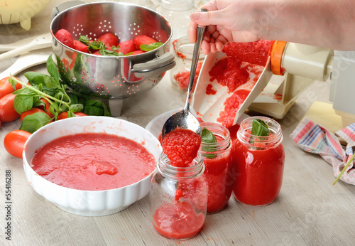 Fotografía  Preparazione salsa di pomodori fatta in casa