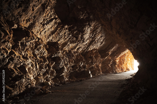Foto Empty road goes through the cave with glowing end