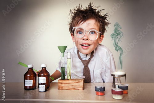 Fotografía  Crazy scientist. Young boy performing experiments