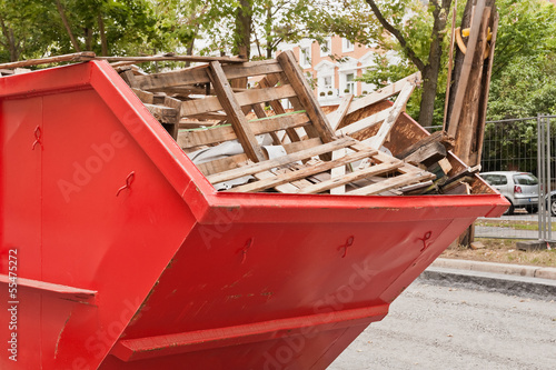 Fotografie, Obraz  Grosser roter Container aus Metall mit Holz-Abfall