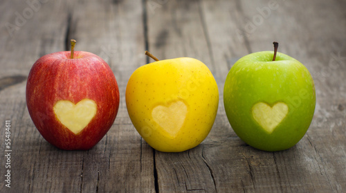 Obraz Apples with engraved hearts - fototapety do salonu