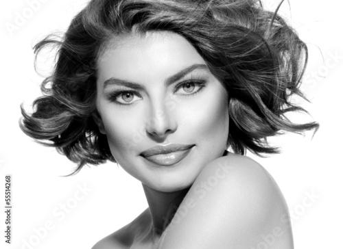 piekna-mloda-kobieta-portret-czarno-bialy-krotkie-krecone-wlosy