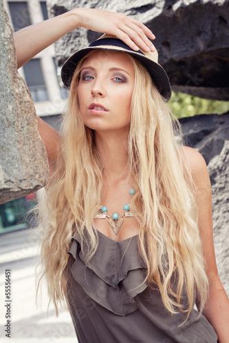 Poster Gypsy junge attraktive blonde frau mit einem hut im sommer