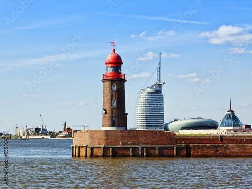 Foto auf AluDibond Stadt am Wasser Bremerhaven, Leuchtturm und moderne Architektur