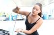 junge Frau prüft Ölstand