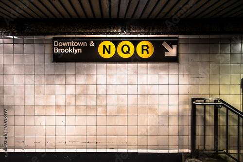 Fond de hotte en verre imprimé New York City New York City subway with sign