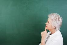 Seniorin Schaut Nachdenklich An Die Tafel