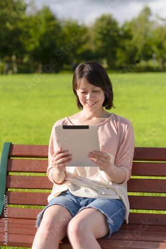 Fotografie, Obraz  タブレットPCを使う女性