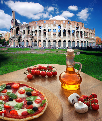 Photo  Colosseum with Italian pizza in  Rome, Italy