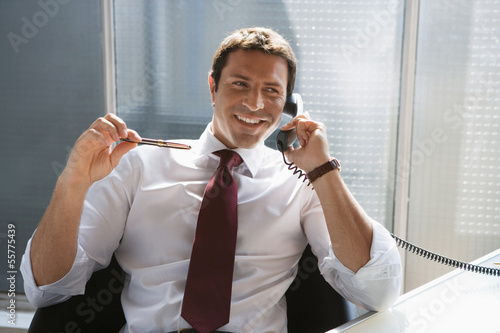 Geschäftsmann mit einem Telefon