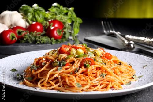 Fényképezés pasta italiana spaghetti con peperoncino piccante sfondo verde